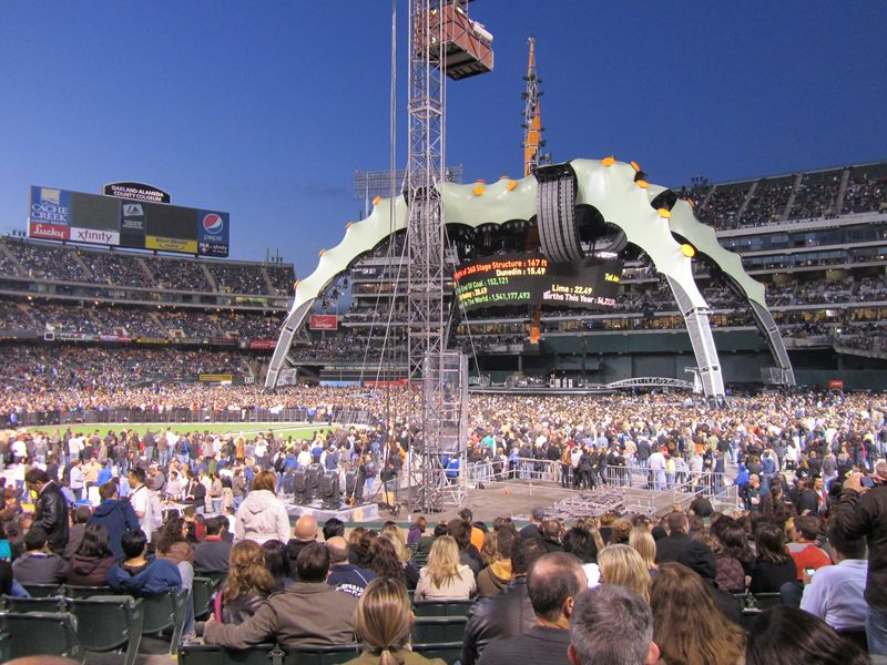 U2 stage claw o.co coliseum