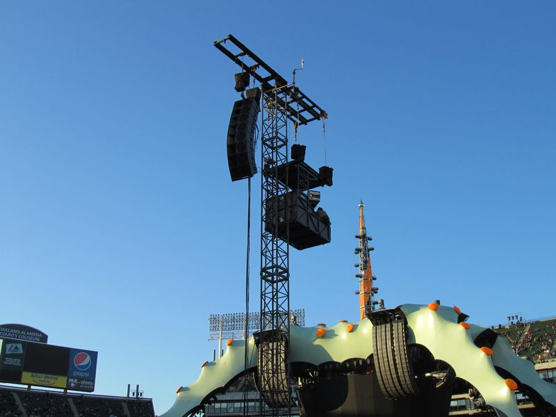 U2 stage claw at o.co coliseum
