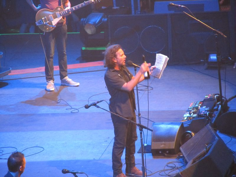 Eddie Vedder of Pearl Jam reciting Swedish at the Stockholm Globe 7/7/12